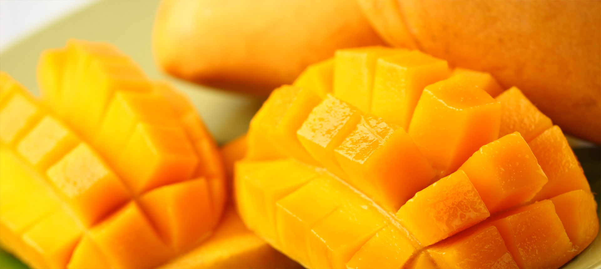 Как есть манго - с кожурой или без? Как правильно едят манго?